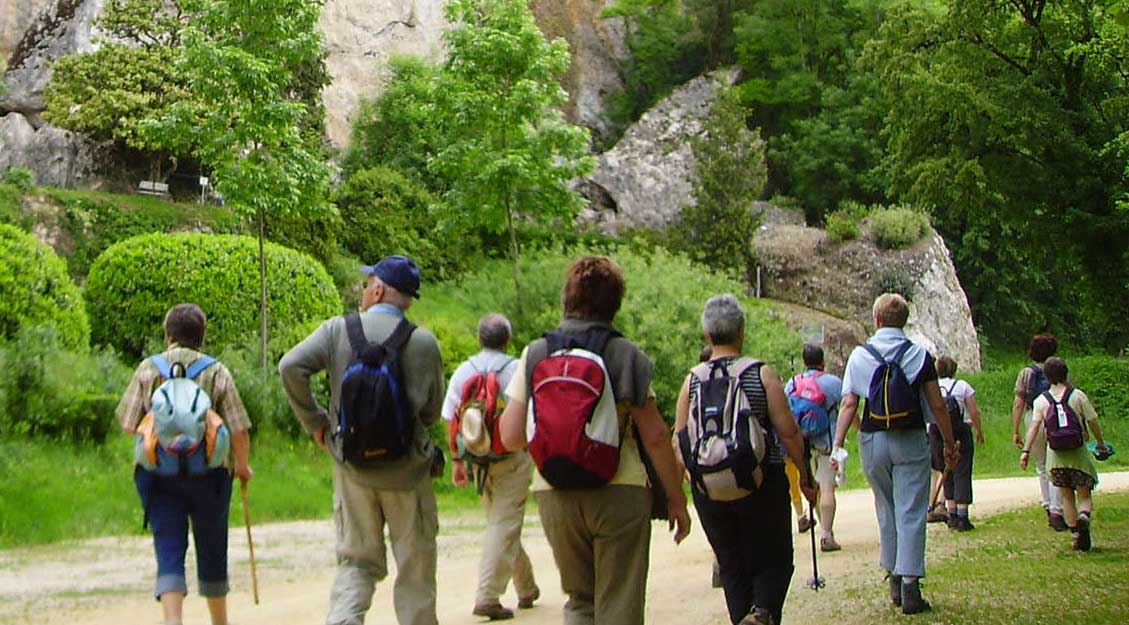 Marcheurs sur un chemin de randonnée en pays ribéracois